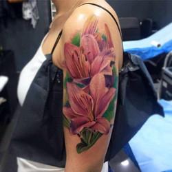 Tatouage fleurs de lys couleurs