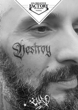 Tatouage lettrage sur le visage Carso DE