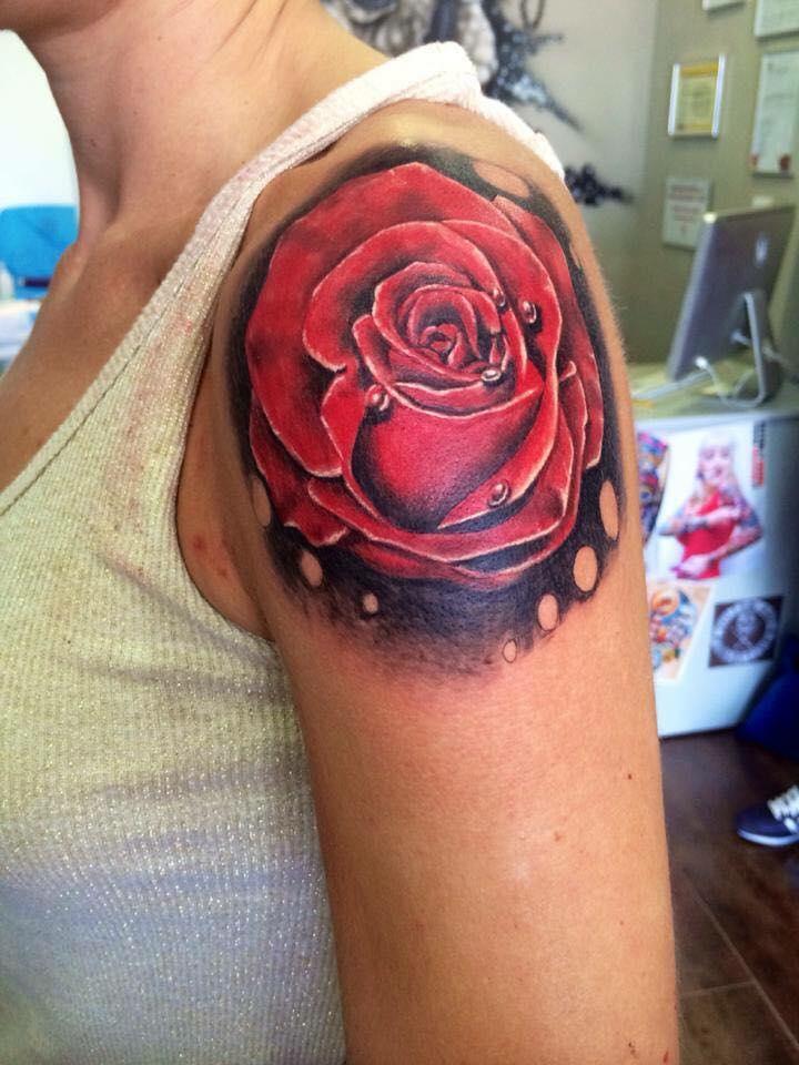 Rose rouge, réaliste, épaule - Yaiza Rub