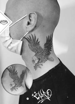 Tatouage aigle dans le cou
