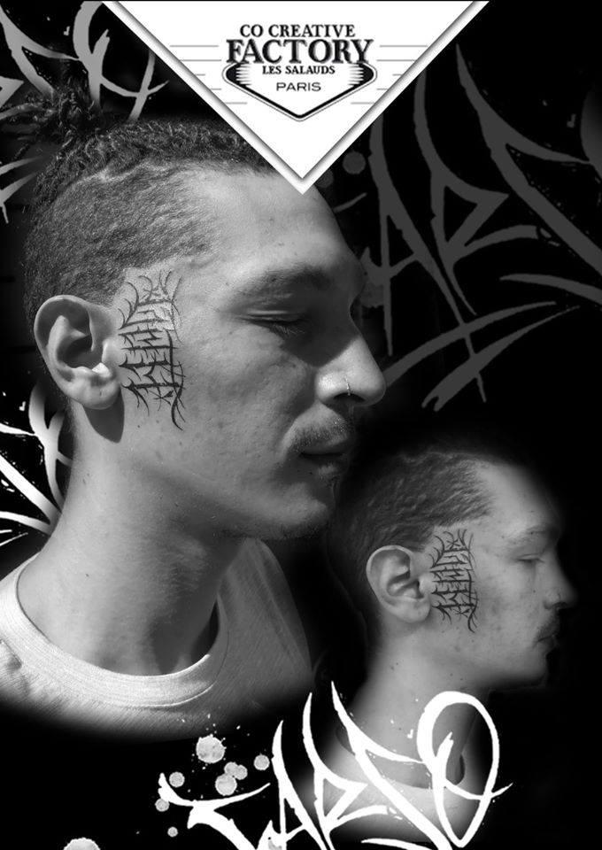 Tatouage lettrage sur le visage Carso