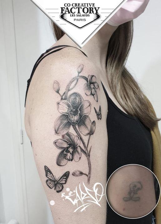 Tatouage orchidées et papillons