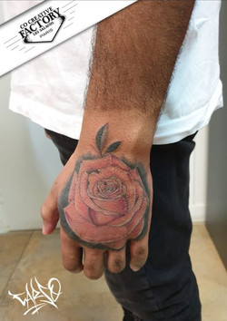 Tatouage rose sur la main