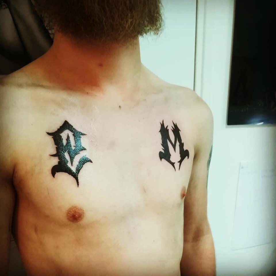 Tatouage initales pectoraux