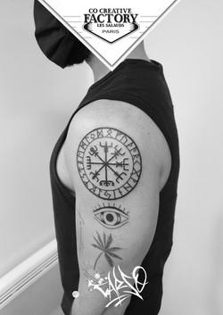 Tatouage symbole viking lettrage