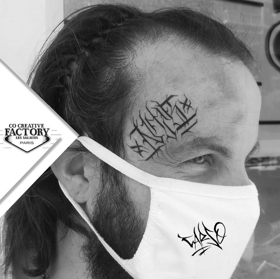 Tatouage lettrage sur le visage Carso NT