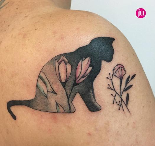 Tatouage chat décoré fleurs