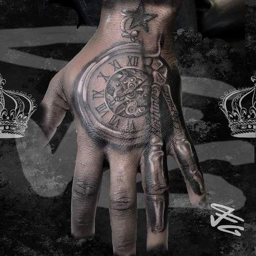 Tatouage symbolique sur la main montre e