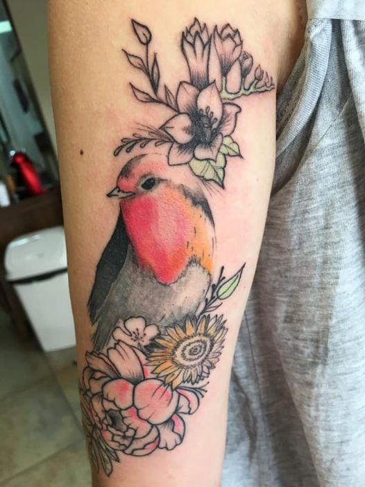 Tatouage oiseau et composition florale e