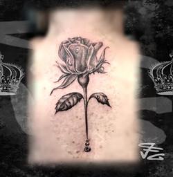 Tatouage rose réaliste