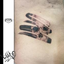 Tatouage skull effet trait de pinceau