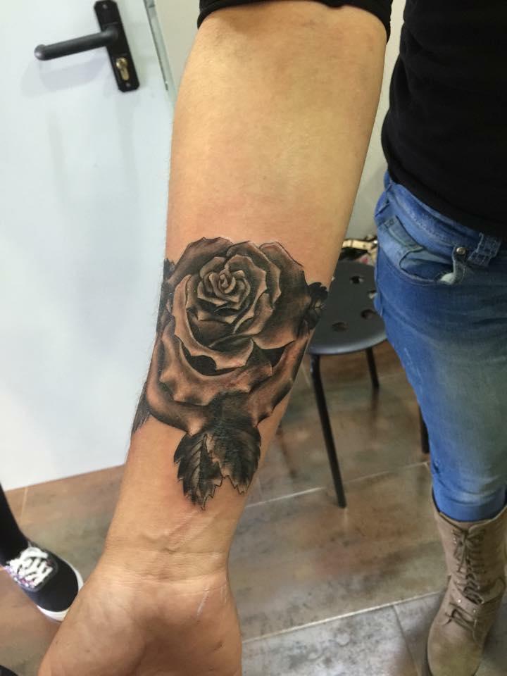 Rose noir et gris avant-bras