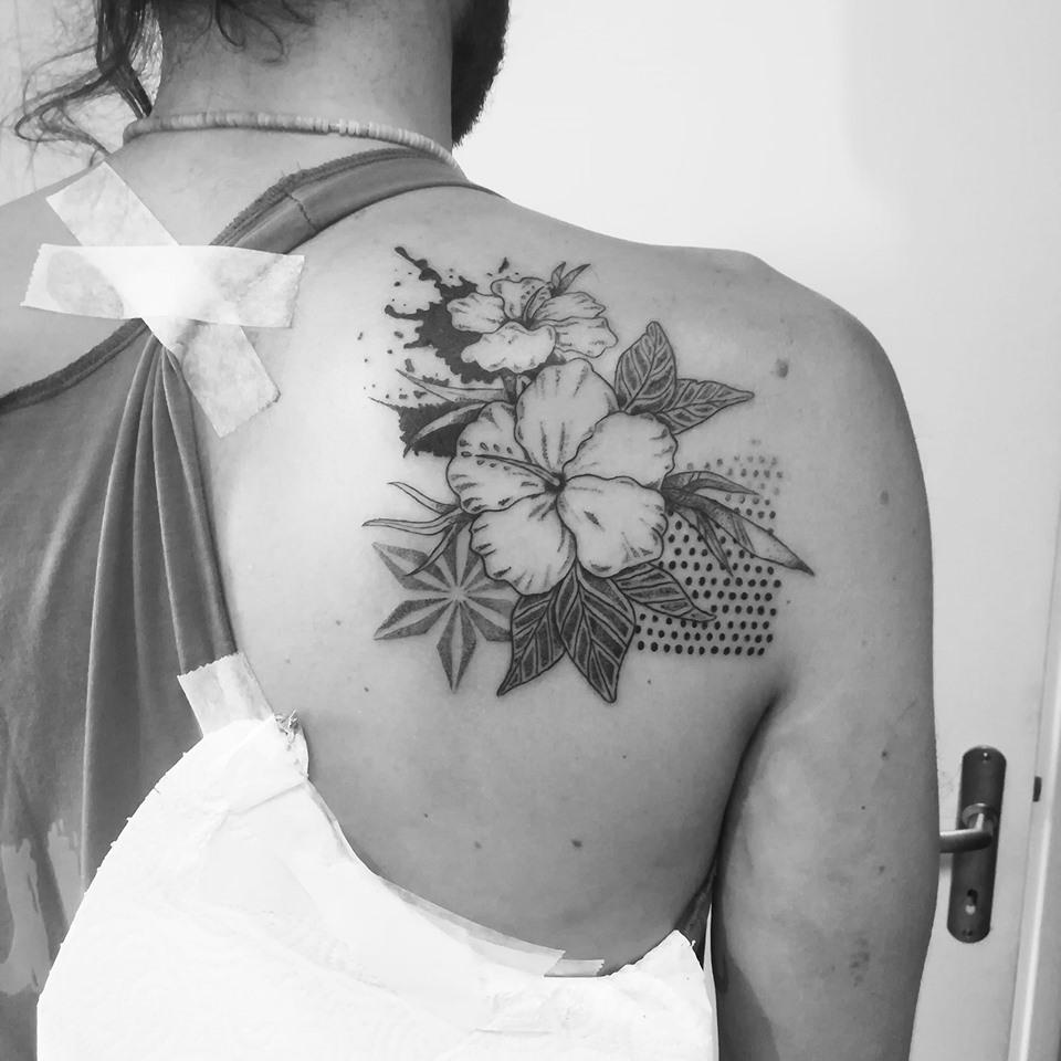Tatouage floral graphique