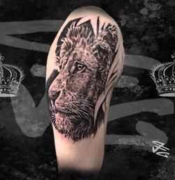 Tatouage_réaliste_tête_de_lion_n&b_Fab