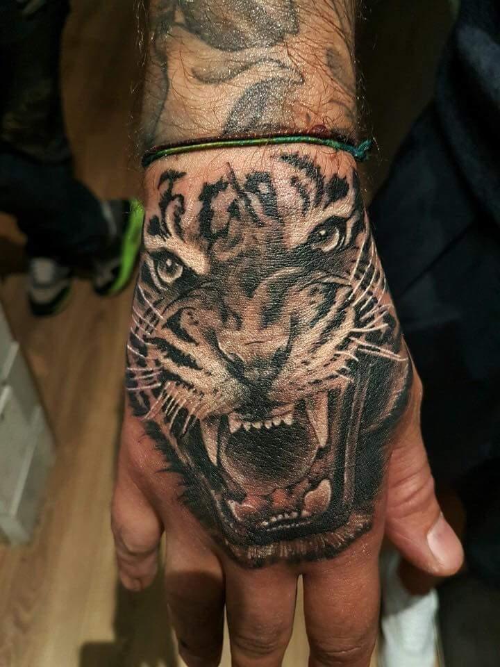 Tatouage tigre main