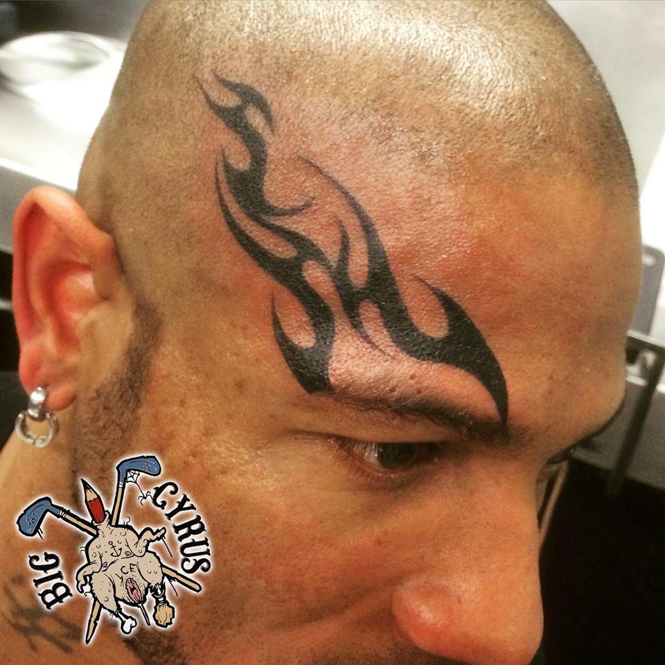 Tribal, façon Mike Tyson, sur crâne