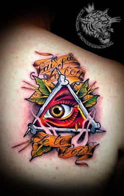 Tatouage néo trad oeil et triangle
