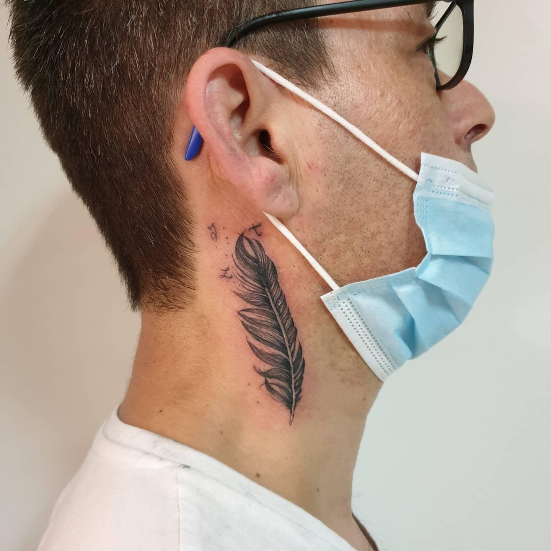 Tatouage plume dans le cou