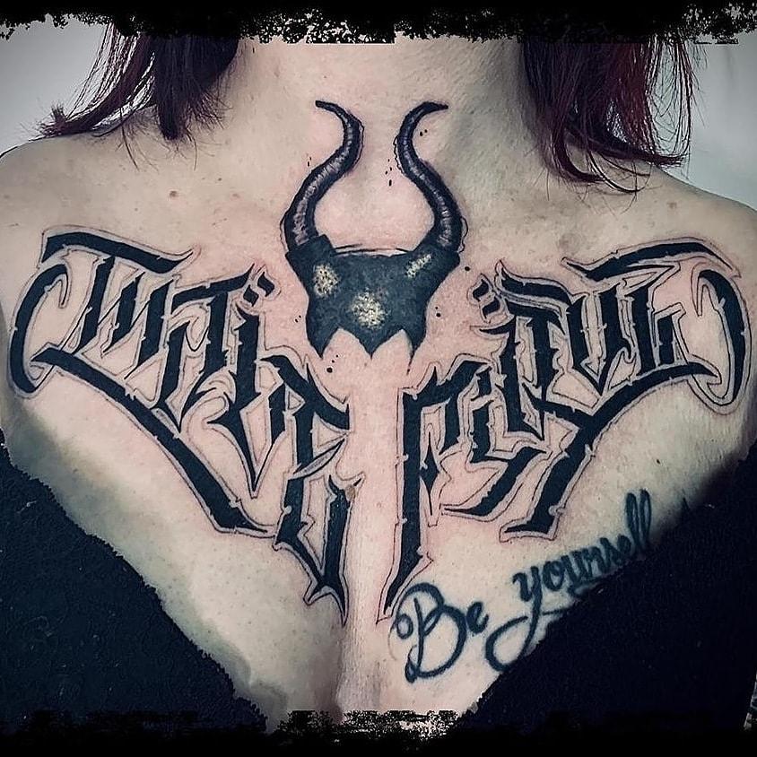 Tatouage lettrage chest