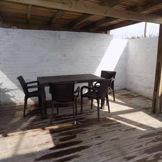 parrillero techado con juego de jardin