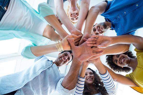 Colegas de trabalho juntam as mãos em forma de união