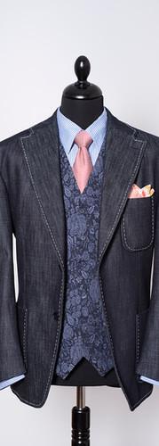 Veste en Denim de Vicunha avec poches appliquées et surpiqûres faites à la main.   Gilet en coton stretch (tissu fourni par le client)  Pochette double face en soie et coton   Chemise en coton Thomas Masson avec col MuKi   Cravate en soie
