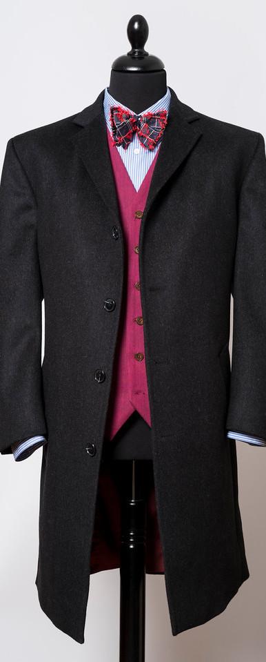 Manteau en laine et cashmere de Batman Ogden  Gilet en coton (tissu fourni par le client)  Chemise en coton de Thomas Masson avec col MuKi  Noeud papillon en soie brodée de Benjamin List