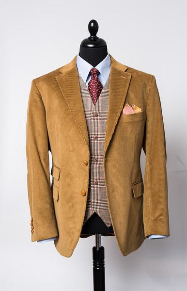 Veste en velours de Holland&Sherry avec poche ticket  Pochette double face en soie  Gilet droit en lin de Solbiati   Chemise en coton Oxford de Thomas Mason avec col MuKi   Cravate en soie