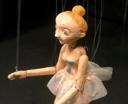 『チェコの現代糸あやつり人形展』は私たちにひとときの安息を与えてくれる可能性について。 写真は、佐久間奏多さん作品 ルージュズマネージェ/舞台の薔薇「サーカスの女の子」