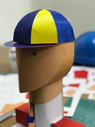 帽子が頭に設置した際の様子。なかなかぴったり合わせることが難しかった。