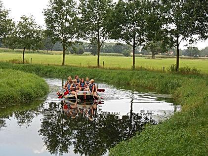 Je kunt ook in onze stabiele rafts over de Bornse Beek