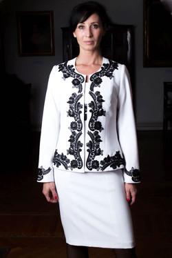 Fekete-fehér Csini Chanel kosztüm