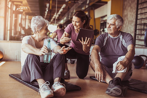 Senioren im Fitnessstudio