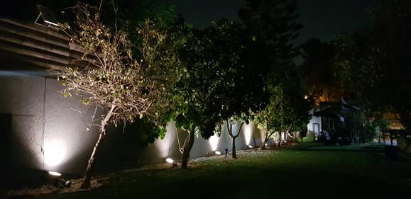 תאורה סולארית גן אירועים חצר