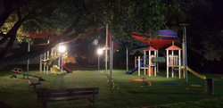 עמודי תאורה בגן ילדים