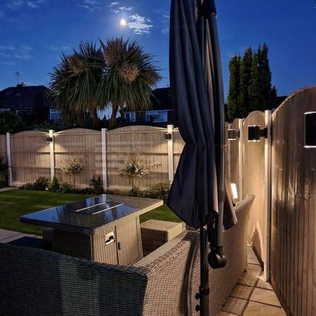 תאורה סולארית בחצר בית פרטי