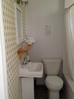 Petite salle de bain-la charmante.