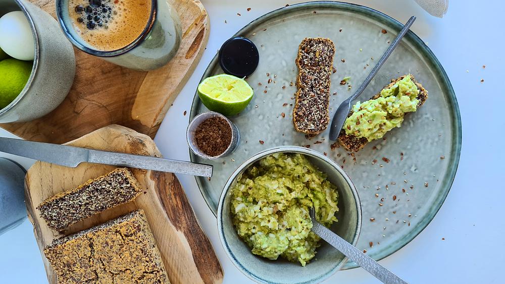 lijnzaadbrood met avocado-eiersalade