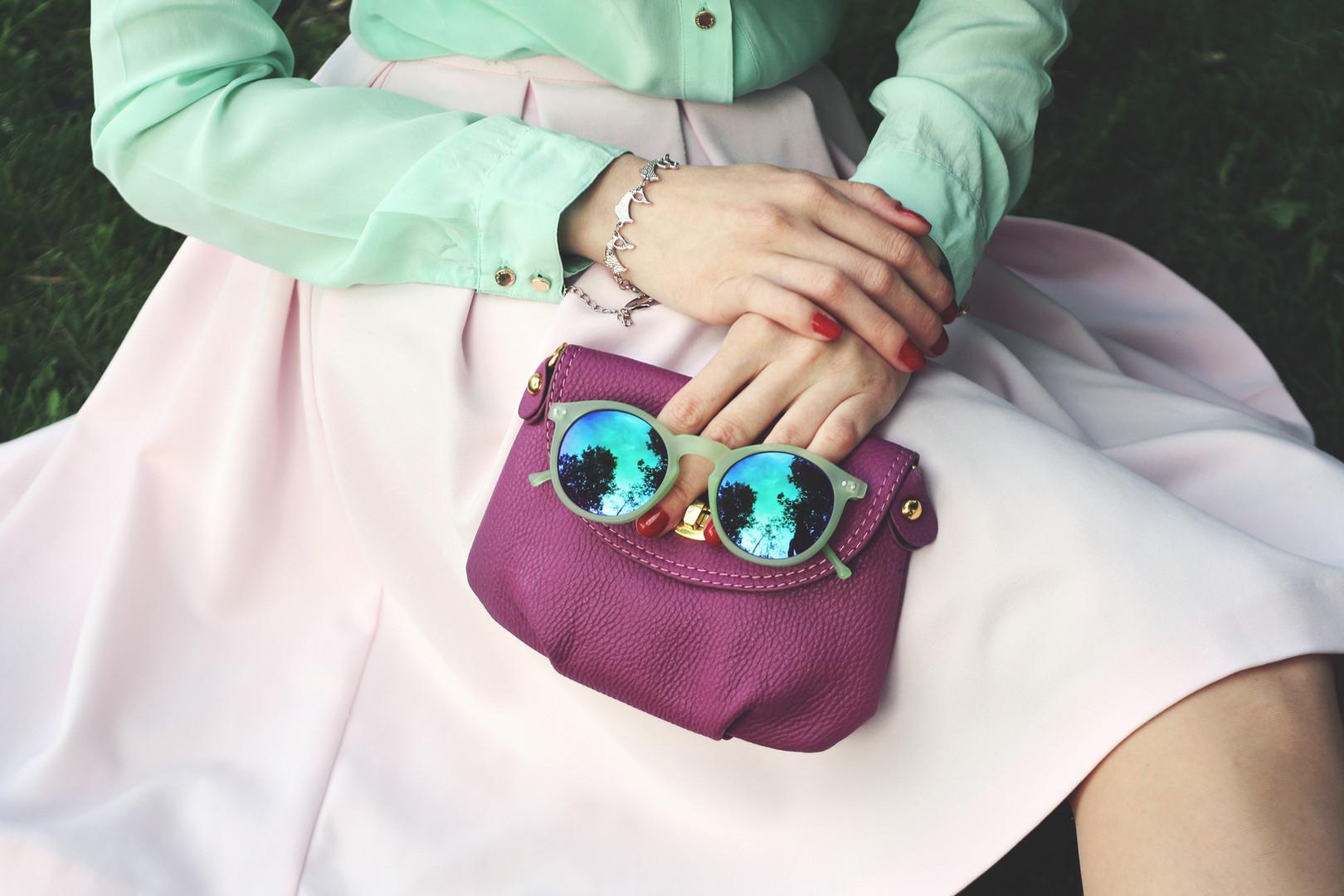lila Tasche und Sonnenbrillen