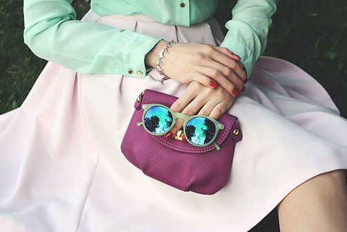bolsa de color púrpura y gafas de sol