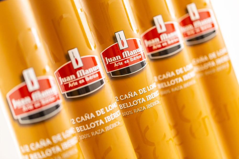 Presentado en un tubo de cartón duro serigrafiado con la marca, una presentación excelente para hacer un regalo