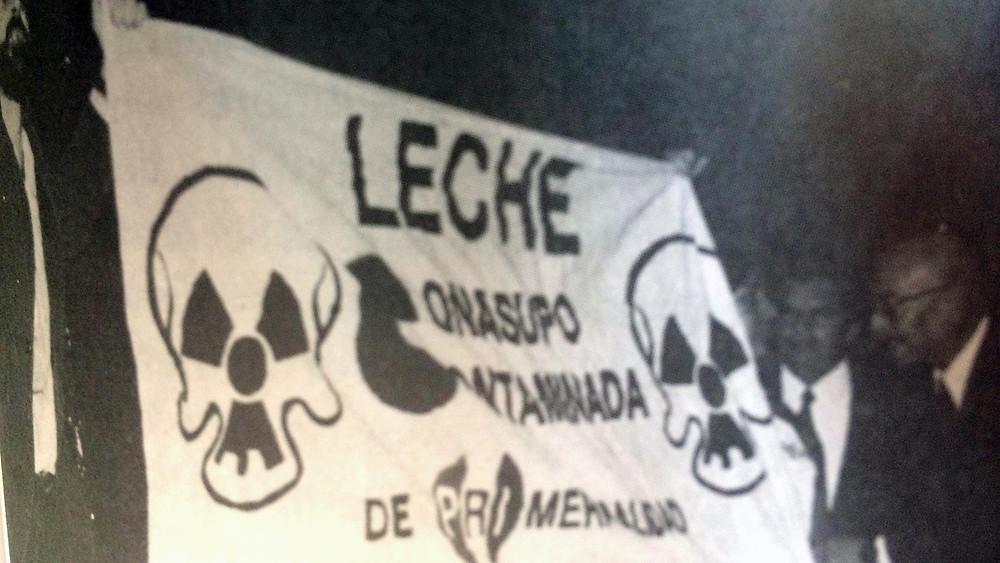 Carteles denunciando leche contaminada de CONASUPO