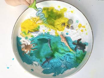חוף הים במגש- ניסוי מדעי תוסס וצבעוני
