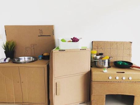 הכנת מטבח מקרטונים- שעות של משחק סימבולי מהנה