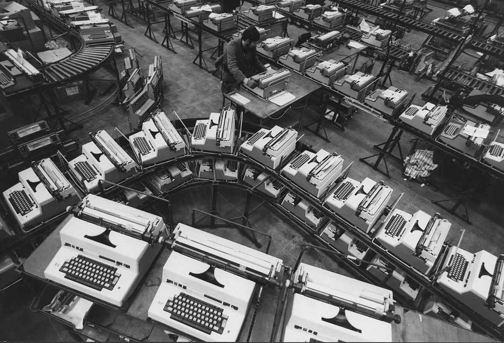 ) Stabilimento Olivetti di Crema, stampa ai sali d'argento su carta, 1970 ca.