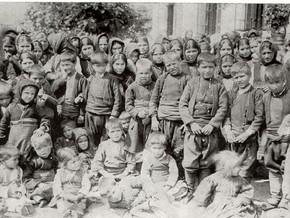 На денешен ден грчките власти извеле пред суд 61 Македонец, бидејќи децата ги учеле македонски јазик