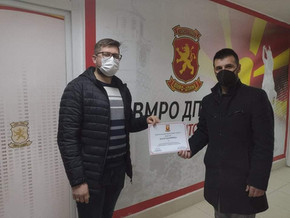 Претседателот на УМС - ВМРО ДПМНЕ Битола, Марко Јосифовски додели благодарници