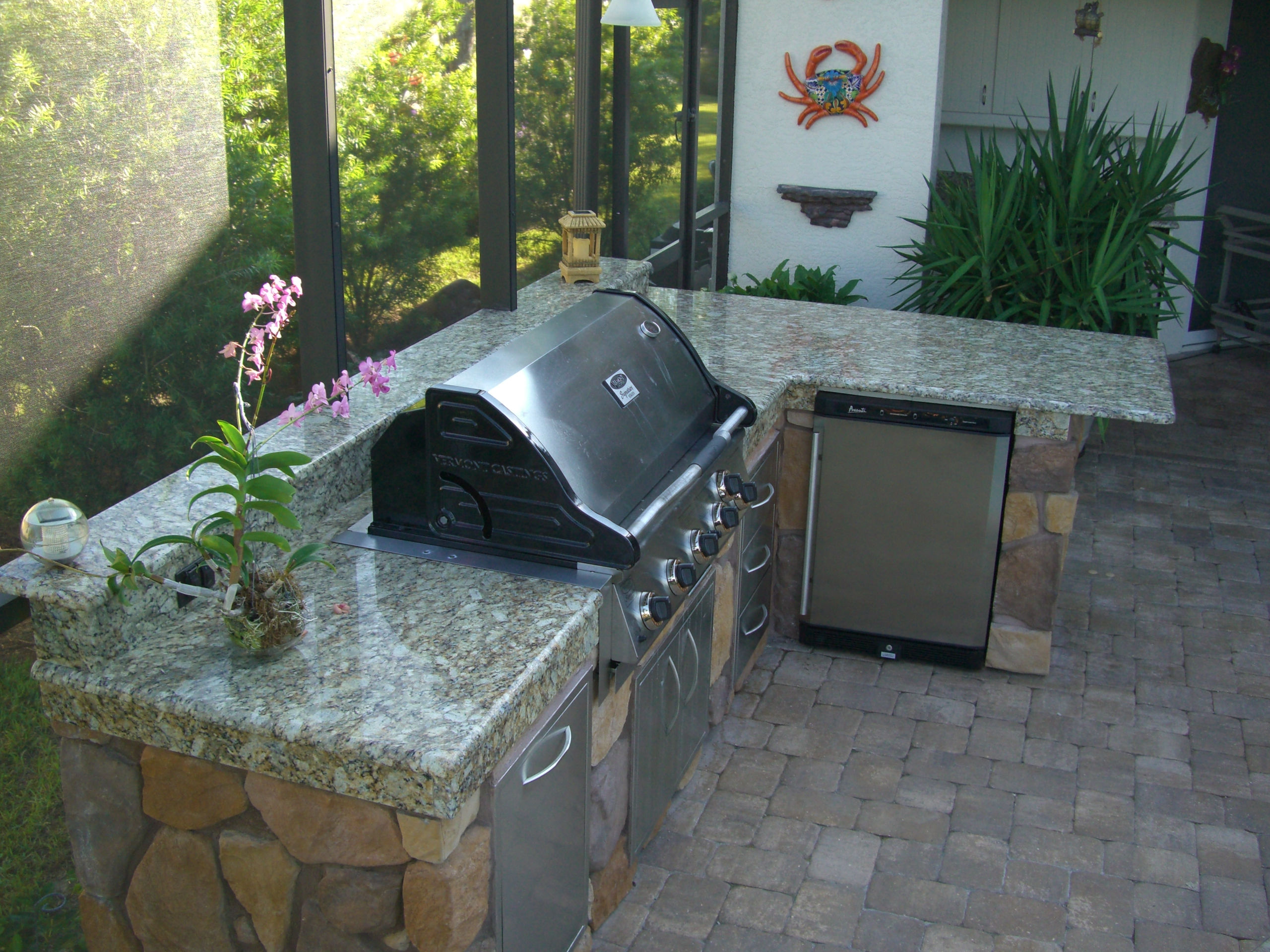 Outdoor kitchen with grill & fridge