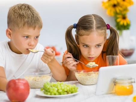 Por que seu filho não pode comer vendo TV! A razão real…