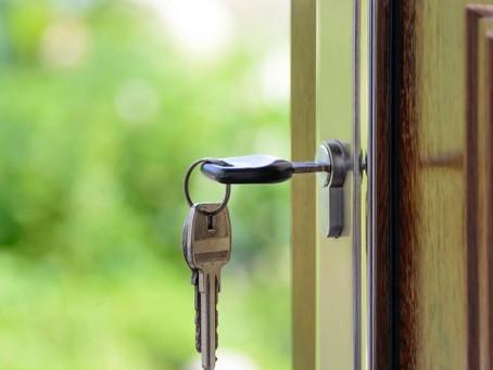 Vai morar sozinho em 2021? Veja como decorar a casa sem gastar muito